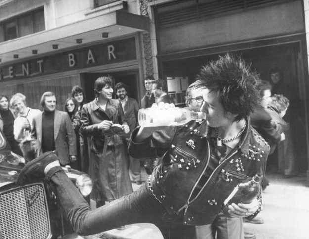 sid-vicious-kick-london-black-cab-taxi