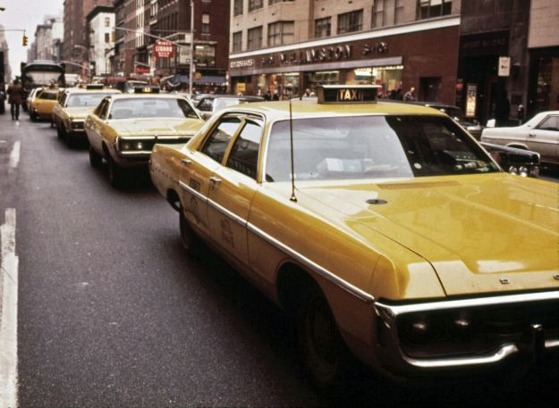 dodge_polara_and_other_yellow_cabs_in_1973_nyc