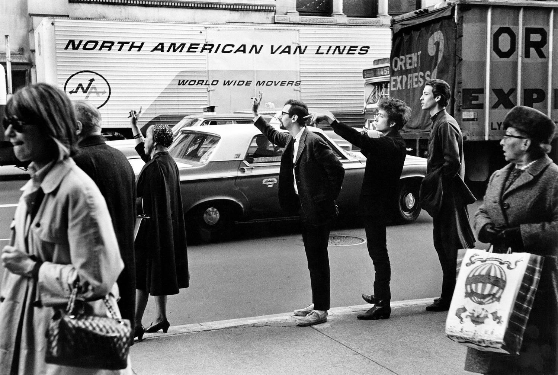 Bob-Dylan-Peter-Yarrow-John-Hammond-Jr-hailing-taxi-NYC-1965-Daniel-Kramer